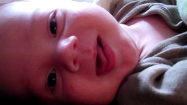 Açık Gözleri İle Uyuyan 2 Aylık Bebek - Bebeğin açık gözleriyle uyuması gösteren video
