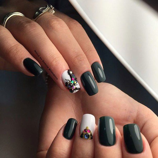 Do you prefer luxury and wealth in all things, even in manicure? Then only for you is this gorgeous manicure in green and white tones. The deep green color