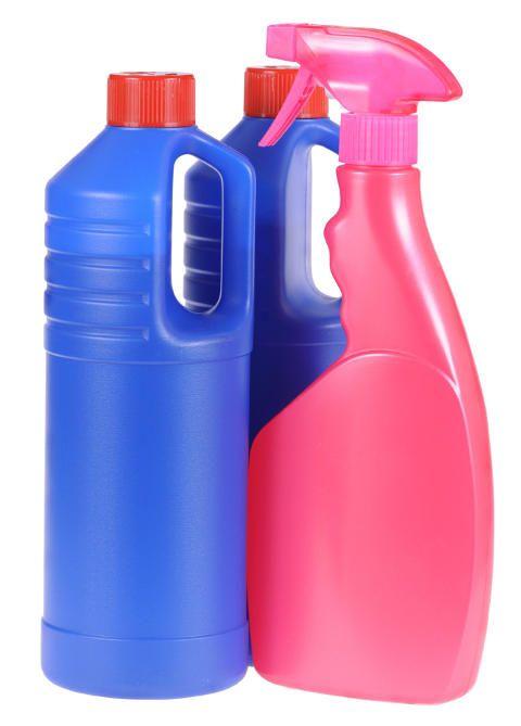 HJEMMELAGET: En tom sprayflaske med eddik og vann kan bli din beste venn i kampen mot skitt og støv. Foto: Scanstock
