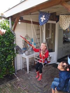 In ons huis: op de schommel ( het paard) rongen ( armbanden) steken