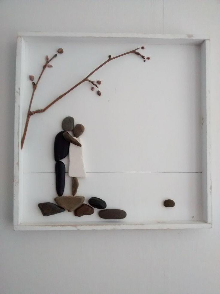 Kussend echtpaar, Pebble-art, kiezels en takje op wit houten plateau (40x40 cm) (€ 50,00)