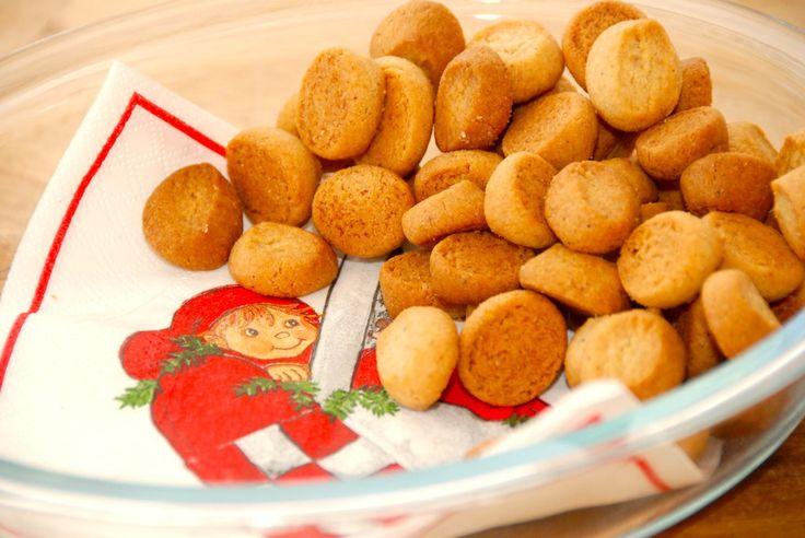 Den bedste opskrift på nemme pebernødder til jul. Dejen laves med dejlige krydderier og lidt fløde, og pebernødderne bliver virkelig lækre. Til de nemme pebernødder skal du bruge: 225 gram meget bl…