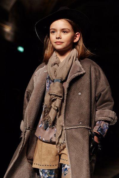 Коллекция Monnalisa осень-зима: стиль кэжуал для девочки. Леггинсы с цветочным принтом, замшевые шорты, многослойность, дублёнка