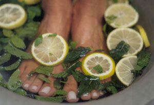 N'ayez plus jamais les pieds qui puent : bain de pied 15 min dans eau tiede + jus de citron + romarin + menthe