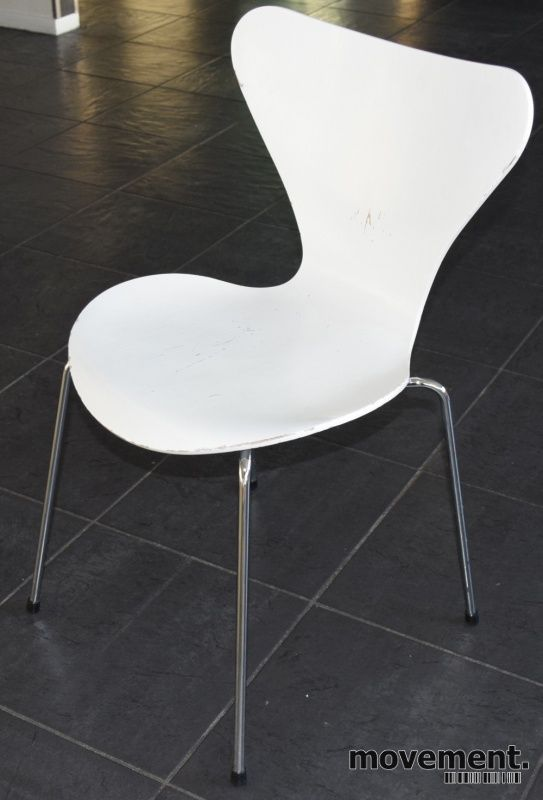 Arne Jacobsen 7er-stol / syver-stol, model 3107, i hvitt, understell i krom, ny sittehøyde, brukt med slitasje i lakk