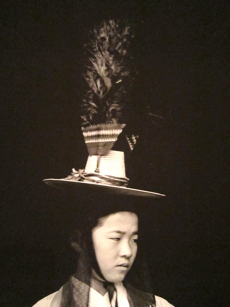 Korean Shaman (1930s) The mudang is also a seer, ritual specialist, mystic poet, musician, and dancer - one who practices techniques of ecstasy to communicate with the divine world.