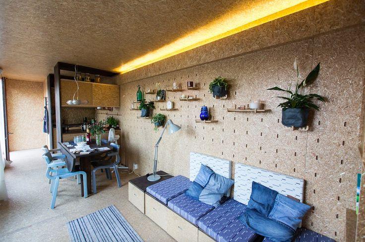 Sustainer Homes | duurzame modulaire woningen van gebruikte zeecontainers | Veel grote ramen. Vloeren, plafond, muren zijn van ECOboard, hout of linoleum. In het interieur zijn ontwerpen toegepast van enkele jonge Nederlandse ontwerpers. Stoelen rondom de tafel, Dirk Vander Kooij, gemaakt van gerecycled plastic. Of het tapijt van Jolijn Pasmans en de kussens van Mae Engelgeer, gemaakt van duurzame materialen.
