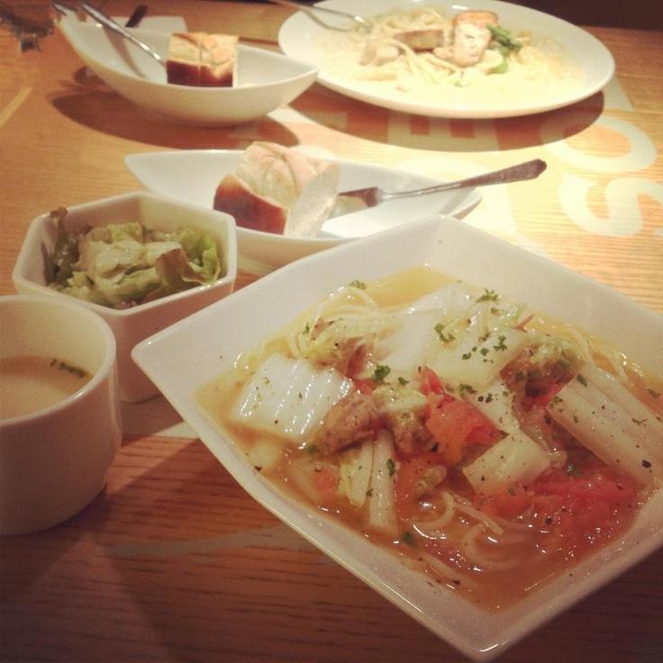 [ランチ*2011/12/10]   ランチ♡   生ソーセージと白菜・フレッシュトマトのコンソメスープスパゲッティ  カブのジェノヴァ風サラダ・アサリのクリームスープ付(パンを付けてくれることもあり)     @PASTA DEL SOL (池袋)@