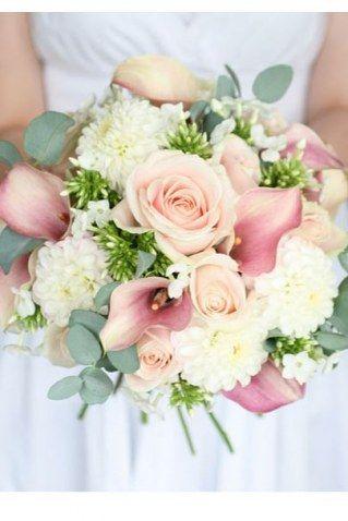 Bouquet très conventionnel, à l'exception des pivoines qui remplacent les roses traditionnelles. Si vous craignez de faire un faux-pas...
