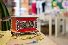 skrzynia ludowa, szkatułka na biżuterię, szkatułka folk, wzory folk, czerowny