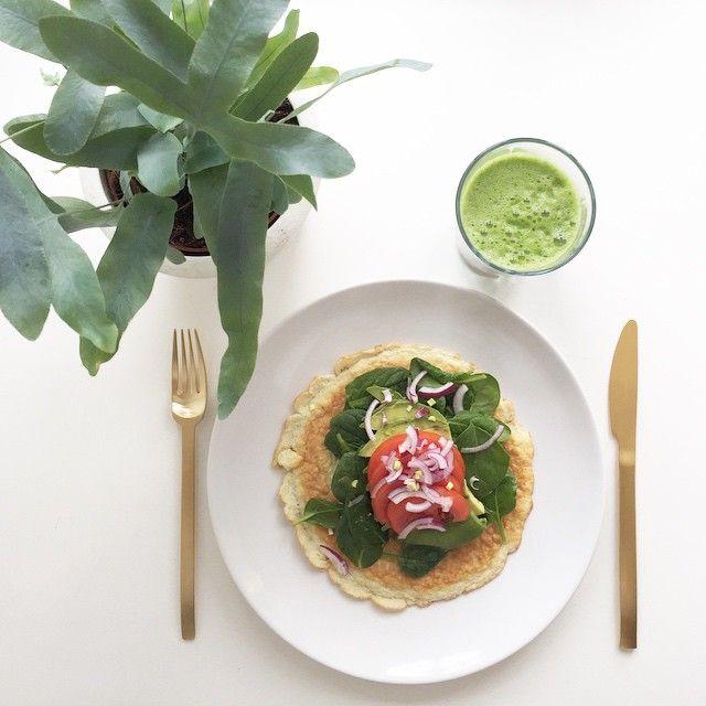 M O R G E N M A D // Pandebrød: 2 spsk kokos-fiber-mel, 2 æg, lidt vand. Piskes & steges på panden ved lav varme i kokosolie. // Topping: spinat, avocado, tomater, rødløg & olivenolie. // On the side: Grøn Juice af grønkål, citron, ingefær, fennikel & agurk. Så er ugen startet på smukkeste vis! Enjoy ♡ K A R O L I N A K Æ R S N E R . C O M #KærligKost #SundUdenKur #KarolinaKærsner