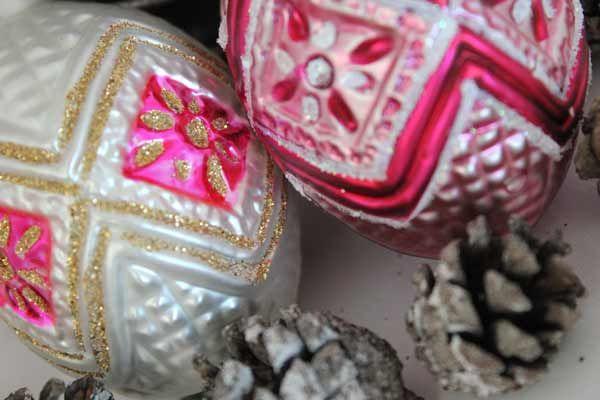 Ornament i hvitt og rosa, munnblåst og håndmalt i Tyskland