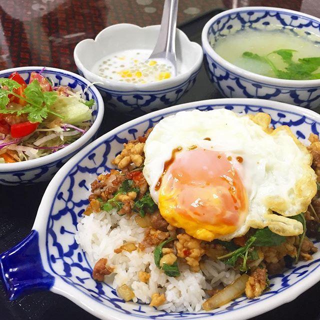 ずっと気になってた店♡  本場のガパオライス♡  辛いっ‼️けど美味い‼️ #ガパオライス #ランチ #辛い #タイ料理 #ラオス料理 #yummy
