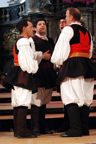 Costume maschile di Bitti. Nela foto Tenores di Bitti in Baviera (Germania 2004)