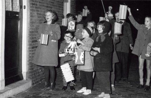 Kinderen vieren Sint-Maarten in 1960