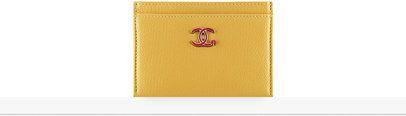 Porte-cartes, chèvre & métal argenté-jaune & rouge - CHANEL RTW pré-collection FW 2017-18 #Chanel #ChanelPrecollection #FalWinter2017-18 | Visit espritdegabrielle.com L'héritage de Coco Chanel #espritdegabrielle