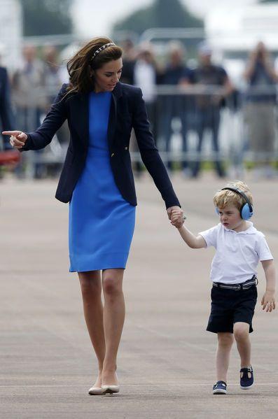 Sortie en famille pour Baby George ce vendredi. Accompagné de ses parents Kate et William, le petit prince est allé voir des avions et des hélicoptère...