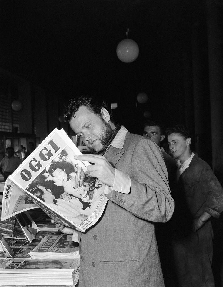 """Orson Welles all'aeroporto di Milano diretto a Venezia per le riprese di """"Otello"""", nel 1949"""