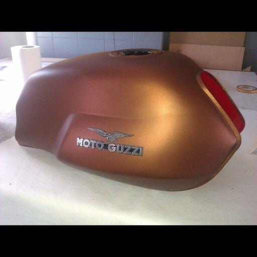 Moto Guzzi motorsiklet deposu Arlon antik bronz folyo kaplandi. (0212) 286 48 43  www.autovizyon.com