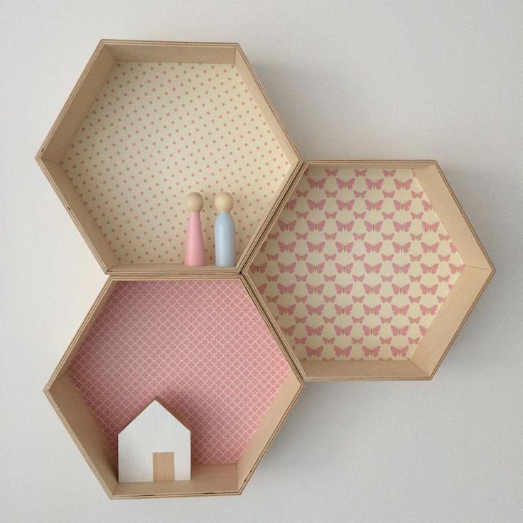 Sześciokątny w nowej odsłonie/ new hexagon shelves #sześciokąt #półkaszesciokąt #honeycomb #hexagonshelf #hexagonshelves #hexagon #heksagon #girlsroom #forgirls #kidsroom #kidsinterior #kidsinteriordesign #walldecor #honeycombshelf #girl #pink #butterfly #woodentoys
