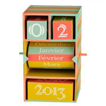 un calendrier en forme de boîte avec des cubes et des volumes géométriques à l'intérieur pour changer chaque jour le nombre, le mois et l'an...                                                                                                                                                                                 Plus