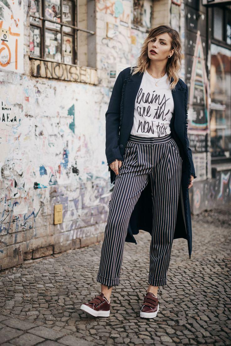 Brains are the new tits | Köpfchen vs. Sexappeal | Gesellschaftskritik | Kolumne | Frühlings- & Sommer Outfit in Berlin | brands: pyjama-Hose von Max&Co, Nieten Mantel von By Malene Birger, bordeaux Sneakers von Sarenza | Statement Shirt | Fashion & Style