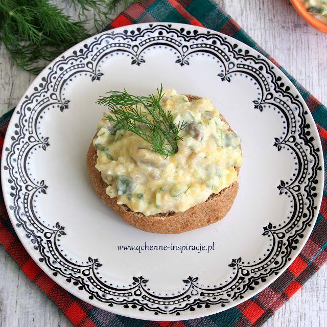 Qchenne-Inspiracje! Odchudzanie, dietoterapia, leczenie dietą: Sałatka z marynowanego śledzia z sosem na bazie jogurtu naturalnego z koperkiem, małosolnym ogórkiem i szczypiorkiem podana na razowej grzance