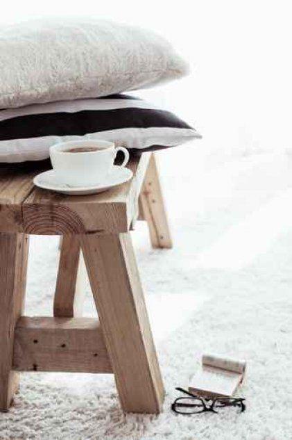 Ważną cechą dobrego łóżka jest materiał, z jakiego je wykonano: najlepiej, by było drewniane, nie metalowe.