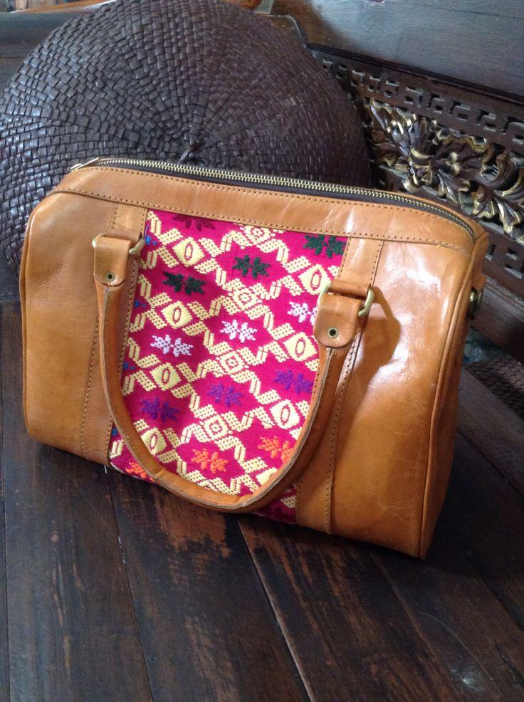 tas kulit kombinasi kain tenun pink Ukuran 35x17x20 Ada tali panjangnya :D idr 425.000  #tasunik #tasbatik #tasbatik #tasetnik #taswanita #taskombinasi #jualtas #leatherbag #leather #taskulit #jogja #olshopjogja