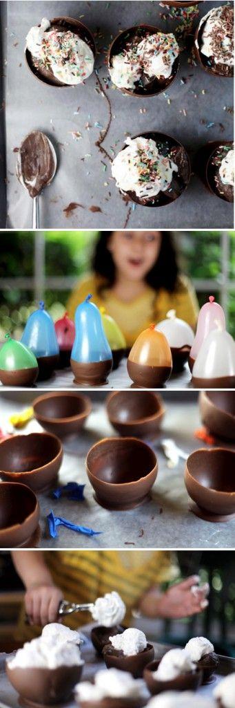 Pour faire ces coques en chocolat dans lesquelles on peut mettre des boules de glace, des smarties, de la mousse au chocolat... Quelques ballons, du bon chocolat que l'on fait fondre, on trempe les ballons dans le chocolat, on pose le ballon chocolaté sur du papier sulfurisé ou sur une surface sur laquelle le chocolat pourra se décoller.