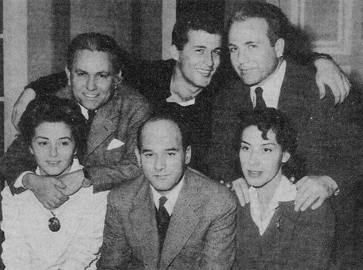"""Φωτογραφία παρασκηνίου στο Εθνικο θέατρο.Ετος το 1960,μολις είχε μπεί ο καινουργιος χρόνος. Οι συντελεστές της παράστασης""""Οργισμένα νειατα""""πόζαραν χαμογελαστοί για μία φωτογραφία.Πανω ο Στέλιος Βοκοβιτς,ο Δημήτρης Παπαμιχαήλ και ο Λυκούργος Καλλέργης και κάτω η Γκελλυ Μαυροπούλου,ο σκηνοθέτης Αλέξης Σολομός και η Νέλλη Αγγελίδου. Την σκηνογραφία είχε κάνει ο Κλεόβουλος Κλώνης. Τη μετάφραση στο έργο του Όσμπορν είχε κάνει η Εύα Μελά."""