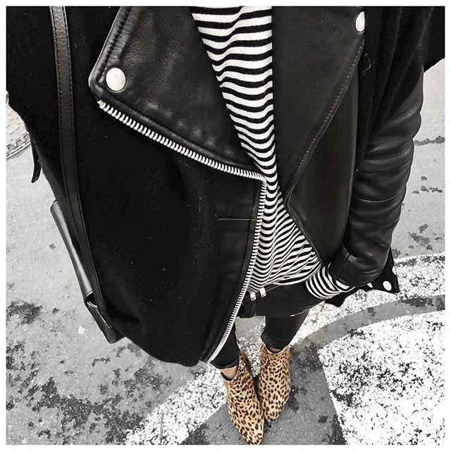 Le problème des vacances : ne plus arriver à enfiler un manteau ❄️ Couches superposées : • Gilet cachemire sans manches #ericbompard (from @ericbompard) • Perfecto #samsoe (from @samsoesamsoe) • Marinière cachemire #ericbompard (from @ericbompard) • Pantalon cuir #aninebing (on @cyrielleforkure) • Boots #isabelmarant (old) ...