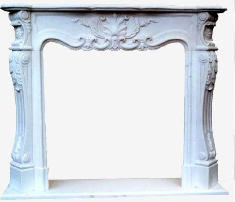 Caminetto in marmo bianco di Carrara con ornato scolpito a mano.  Lo stile richiama i camini francesi Luigi XV con motivi di foglie e floreali molto semplici ed eleganti adatti per rivestire i vostri camini classici e prefabbricati.Le misure sono adattabili su richiesta specifica del cliente.