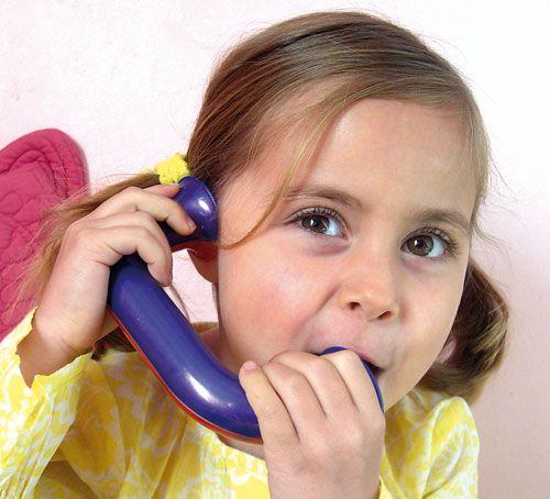 le Toobaloo ? C'est un outil révolutionnaire qui ressemble à un téléphone. Il permet aux enfants d'entendre instantanément les sons qu'ils prononcent de manière distincte et sans parasite sonore environnemental  http://www.bloghoptoys.fr/focus-sur-le-toobaloo