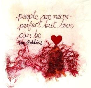 People are never perfect but love can be'. 'Threads' van Molomimi. Handgemaakte kunststukjes van gerecycled textiel. Fairtrade uit Zuid Afrika.