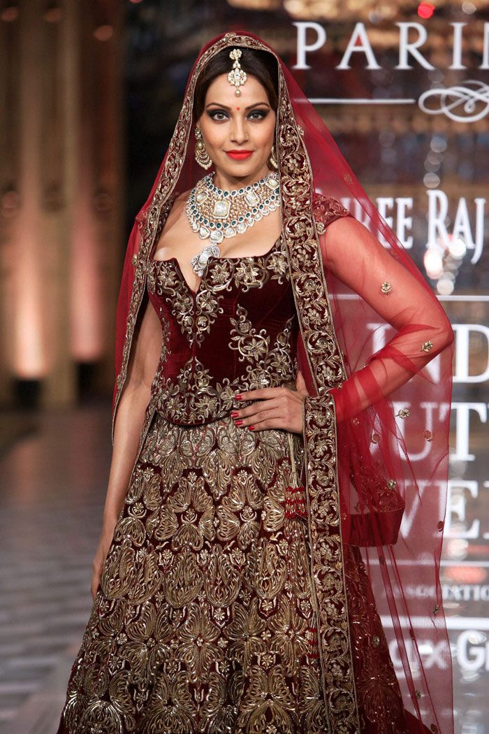 Bipasha Basu in designer Rohit Bal lehanga and matching jewellery at the India Couture Week 2014 finale. #Style #Bollywood #Fashion #Beauty #ICW2014