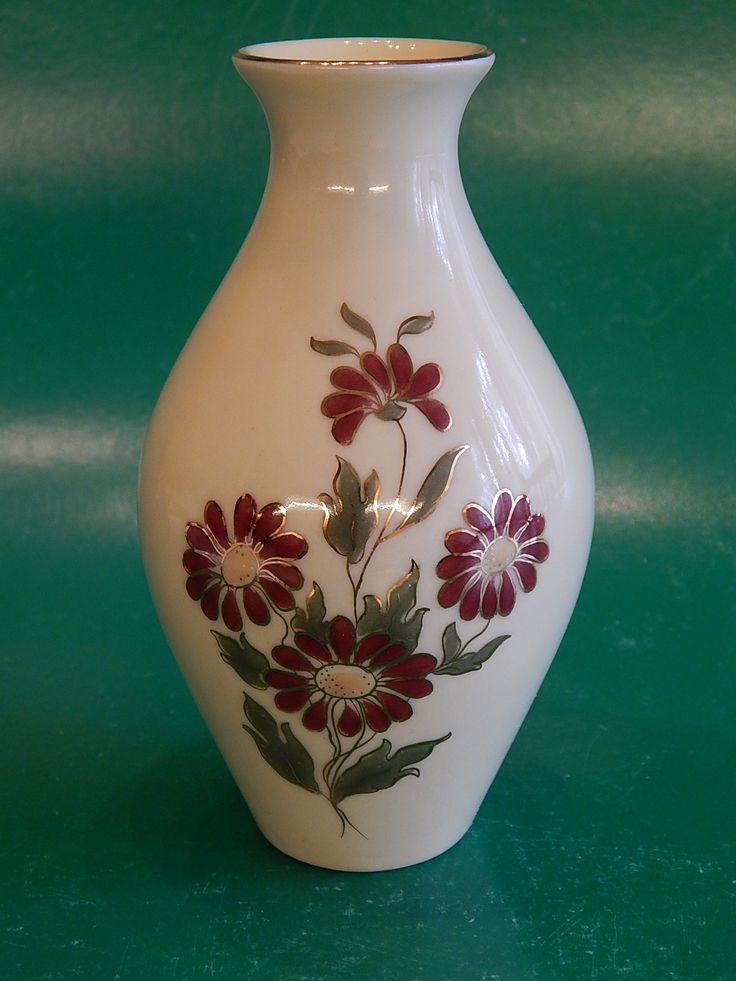 Exclusiv Zsolnay jelzéssel, margarétás váza.  Méret: 13,5 cm magas, 23,5 cm körfogata, 4 cm felső, 3,5 cm talp átmérője.