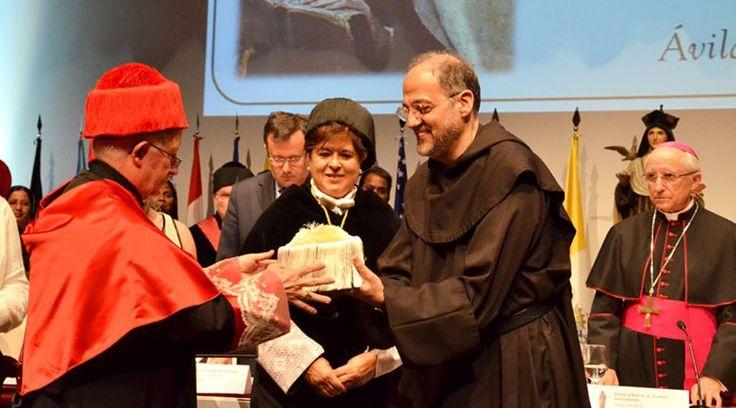 La Universidad Católica de Ávila (España) ha investido a Santa Teresa de Jesús como Doctora Honoris Causa. Un reconocimiento que fue entregado por el Cardenal Antonio Cañizares Llovera y que significa en términos académicos el reconocimiento de una universidad a han destacado en ciertos ámbitos profesionales.