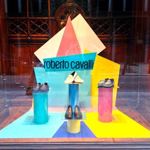 Az Icons by Bizanc luxus multibrand üzlet egyszerű de nagyszerű nyári kirakata.