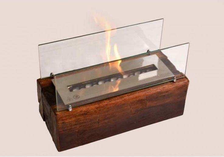 Lareira ecologica em madeira queimando etanol