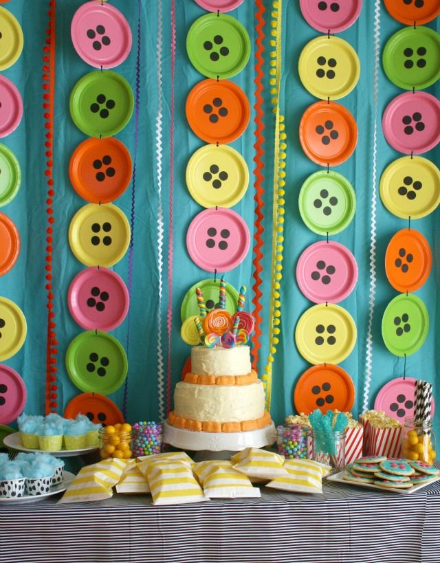 Neat! Reminds me of a Lalaloopsy party.  Paper Plate Buttons as Backdrop for Party