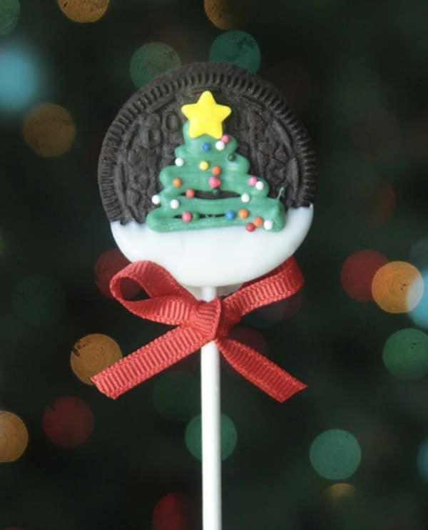 No cookie cutter needed for these Oreo dipped Christmas Tree cookies