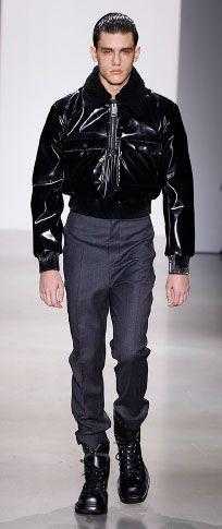 Siyah hafif vinil / shearlıng yaka kazak havacı ceket, beyaz merserize pamuklu t shirt antrasit yüksek belli pantolon ince siyah rugan / naylon ayak bileği manşet kara kutu buzağı alan önyükleme pazen bağlı