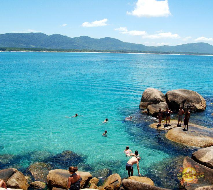 A grande Florianópolis tem cerca de 100 praias. É isso mesmo: não faltam motivos para você conhecer ou voltar pela centésima vez. Arrume uma desculpa para visitar um parente ou um amigo e descubra cada pedaço encantado do melhor destino turístico de Santa catarina! ABAV/SC