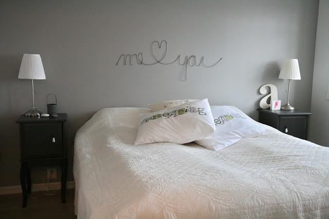 Graue Wand in Schlafzimmer