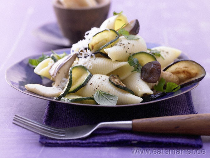 Zucchini-Pilz-Pasta - smarter - mit Minze. Kalorien: 512 Kcal | Zeit: 40 min.