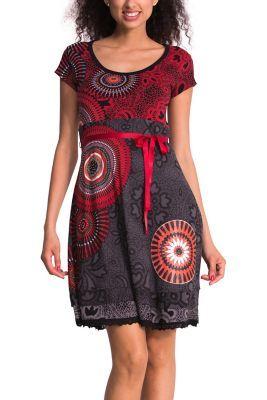El rojo y negro, no sólo favorecen a todas las mujeres sino que además combinan genial con cualquier accesorio. Este vestido de manga corta es ceñido en el torso y ligero en la falda. ¡Seguro que te llueven los piropos!