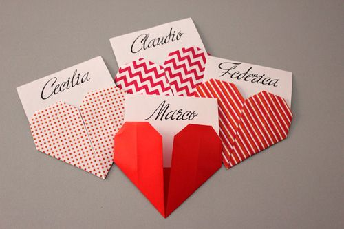 Origami heart placeholder. My tutorial on http://www.zankyou.it/p/tutorial-per-realizzare-segnaposti-a-forma-cuore-45189