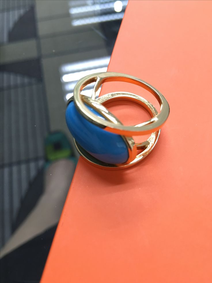 Turquoise cabuchon ring in 18K yellowgold