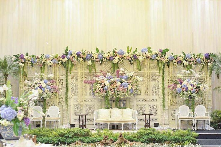 Dekorasi pelaminan gebyok putih gading & bunga